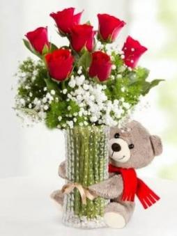 vazoda güller ve ayıcık