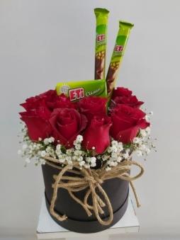 Kutuda kırmızı güller & çikolatalar