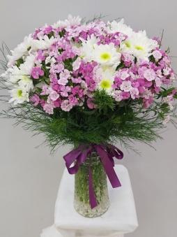 Vazoda pembe&beyaz çiçekler